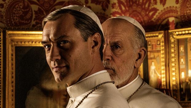 Jude Law e John Malkovich nella prima immagine ufficiale della nuova serie di Paolo Sorrentino. Photo by Gianni Fiorito.