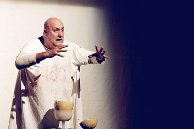Dario D'Ambrosi in un momento dello spettacolo TUTTI NON CI SONO.